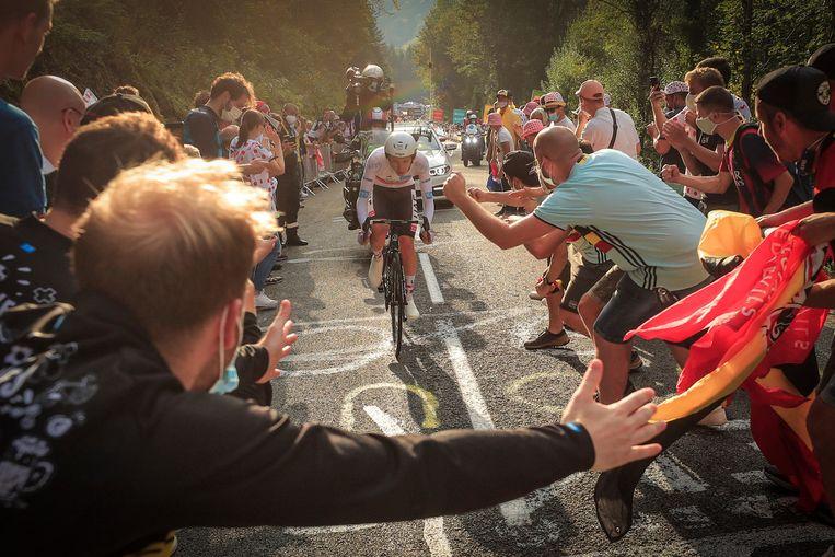 Tadej Pogacar wordt toegejuicht tijdens de voorlaatste etappe van de Tour de France zaterdag. Beeld EPA