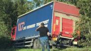 Vrachtwagen duikt decor in na aanrijding met andere truck op E40