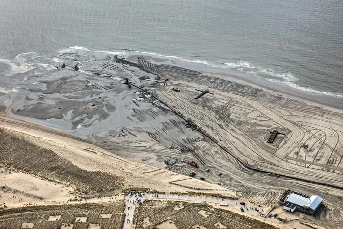 Bij Camperduin in Noord-Holland brengen baggerschepen via grote pijpleidingen vers zand aan op het strand bij Hargen aan Zee. Naar verwachting duren de werkzaamheden tot in de tweede helft van april. Foto Dutchphoto
