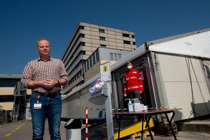 Voorzitter Joost Siegelaar van Huisartsen Regio Apeldoorn, bij de coronapost die eind maart in gebruik is genomen. Dinsdag wordt de tent afgebroken.