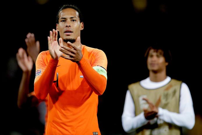 Van Dijk bedankt de meegereisde fans na de zege van Oranje op Engeland in de halve finale van de Nations League.