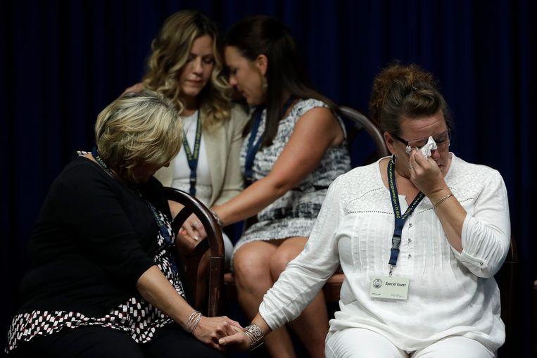 Slachtoffers en hun familieleden tijdens de persconferentie van justitie in Harrisburg. Beeld Hollandse Hoogte / AP   Associated Press