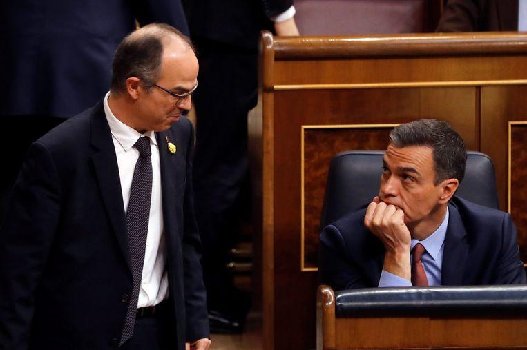 De in hechtenis zittende Jordi Turull staat oog in oog met Pedro Sanchez, ontslagnemend Spaans premier.