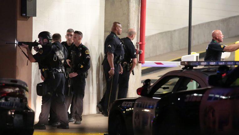Een grote politiemacht is in het centrum van de stad in Texas op zoek naar de daders. Beeld AP