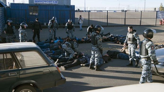 De Russische politie arresteert buitenlandse werknemers van een fabriek in Moskou, eerder deze week.