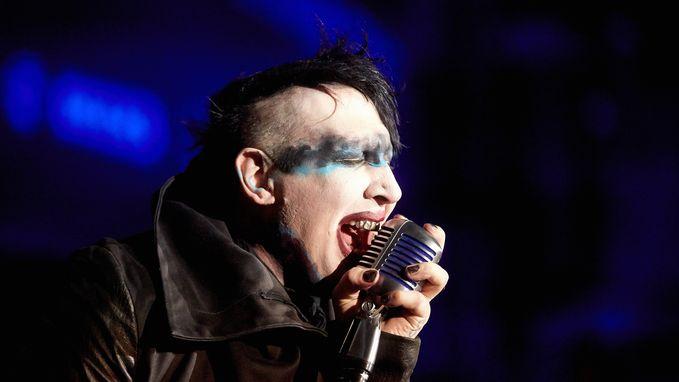 Neerstortend decorstuk verplettert been van Marilyn Manson