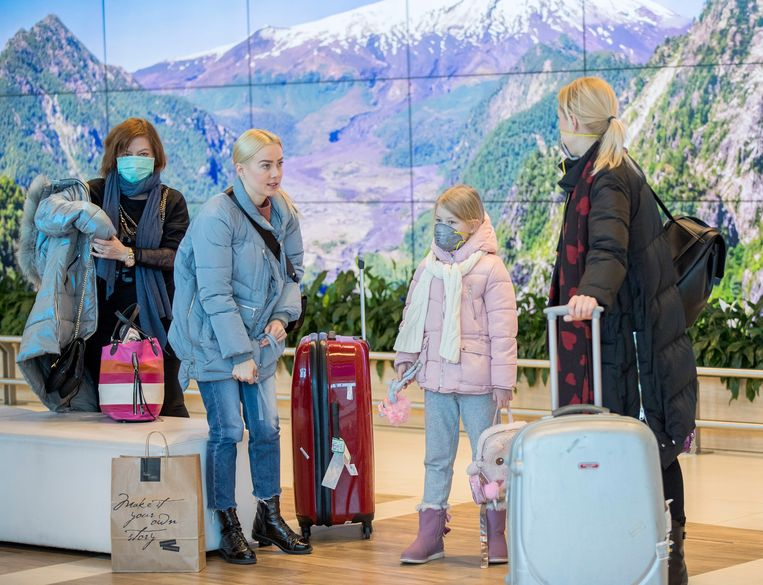 Reizigers met mondkapjes op het vliegveld van Chisinau, Moldavië. Beeld EPA