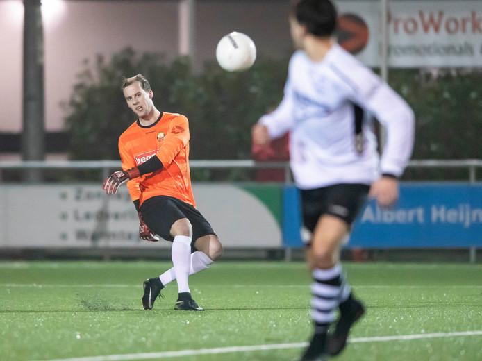 Frans van Oldeniel kreeg de kans om met Rohda tegen zijn oude club Schalkhaar te spelen. de doelman kon zich onderscheiden in de strafschoppenserie.