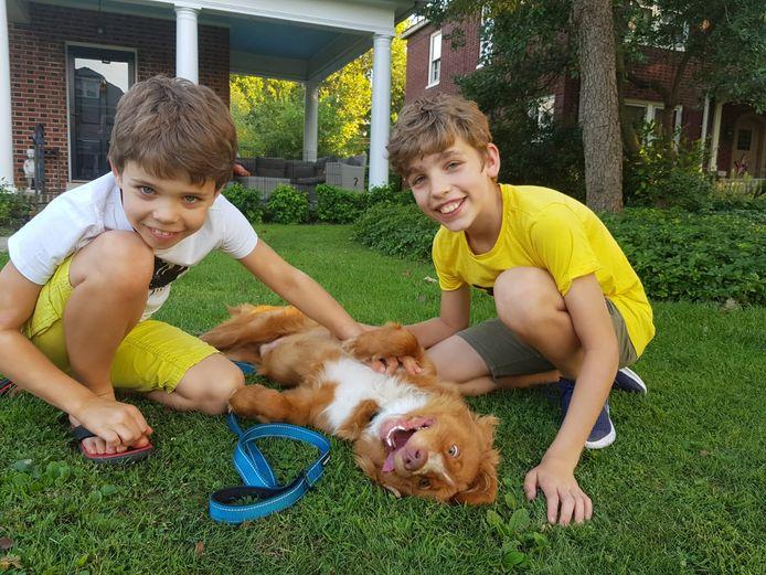 Menno (links) en Lars Corstiaans spelen in Amerika met hun hond Flex