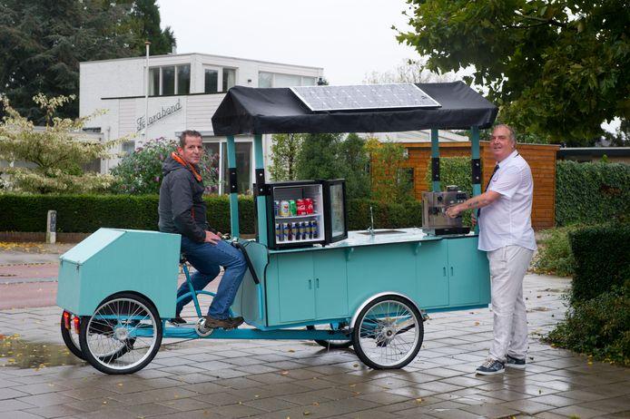 Ronnie Reijnen (op het zadel) en Ben Kregting met De Koffiekar, nieuw in het Nijmeegse straatbeeld.