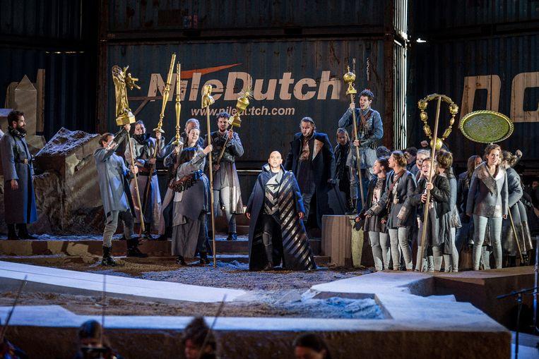 Scènes uit 'Thijl' door het Utrechtsch Studenten Concert op de voormalige vliegbasis Soesterberg. Op de foto links, in het midden Anthony Heidweiller als Thijl Uilenspiegel. Beeld Wouter Jansen