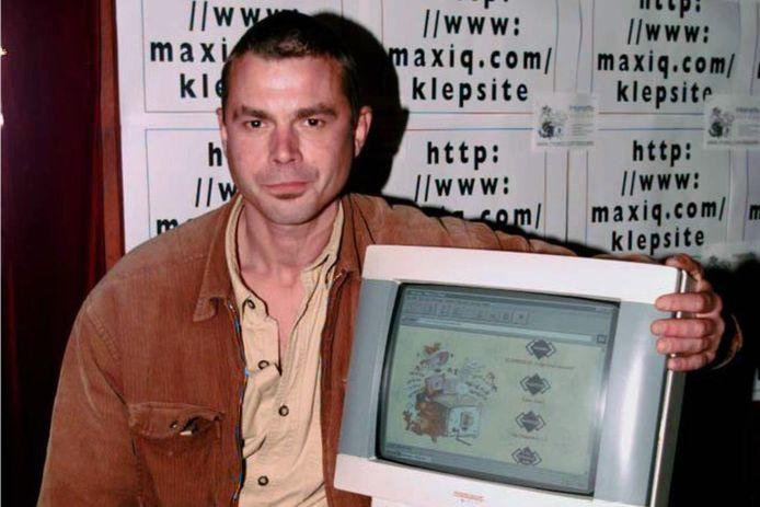 Eric Schreurs, hier op een foto uit 1996 is in zijn woonplaats Leiden overleden. Hij werd beroemd met zijn creatie Joop Klepzeiker.