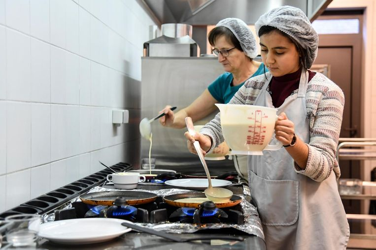 Opperste concentratie bij het bereiden van de pannenkoeken.