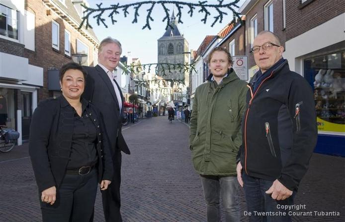 Een aantal ondernemers en vastgoedeigenaren uit de Deurningerstraat gaat bezwaar maken tegen het revitalisatieplan voor de Vijfhoek dat is goedgekeurd door de raad. ,,Wij voelen ons met de rug tegen de muur gezet, legt Raymond Aaltink (2e van rechts) uit.