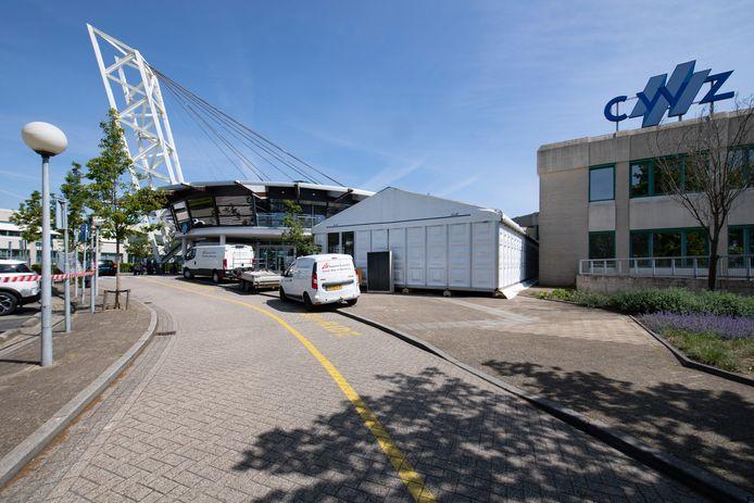 In de triagetent bij de hoofdingang van het CWZ wordt iedereen die naar binnen wil eerst gescreend op corona.