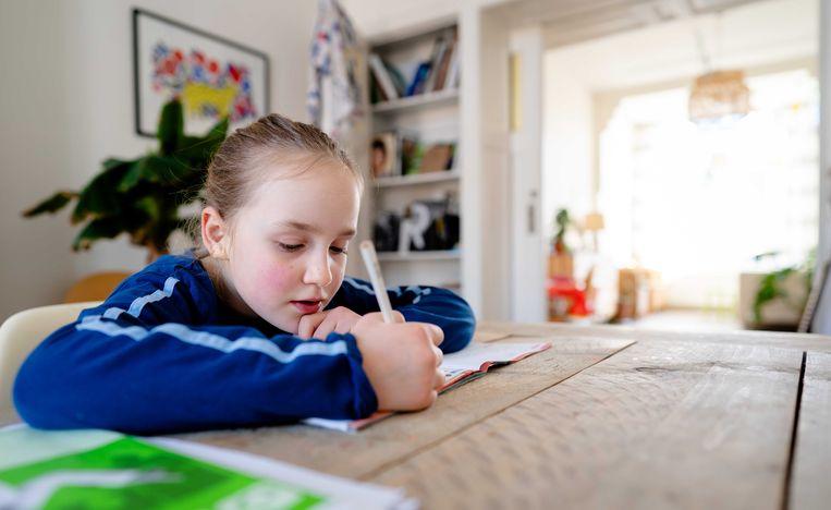 Leerlingen krijgen nu thuis onderwijs, met hulp van school, leraren en ouders. Beeld ANP/Bart Maat