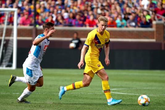 Frenkie de Jong namens Barcelona in duel met Fabian Ruiz van Napoli. De oud-Ajacied speelde de volle 90 minuten mee bij de Catalanen.