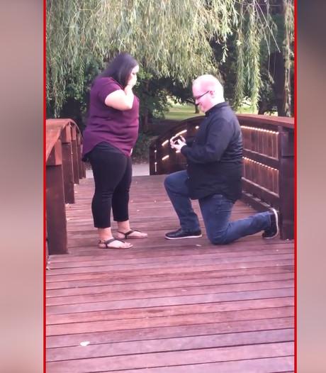 Verlovingsring valt in het water bij huwelijksaanzoek