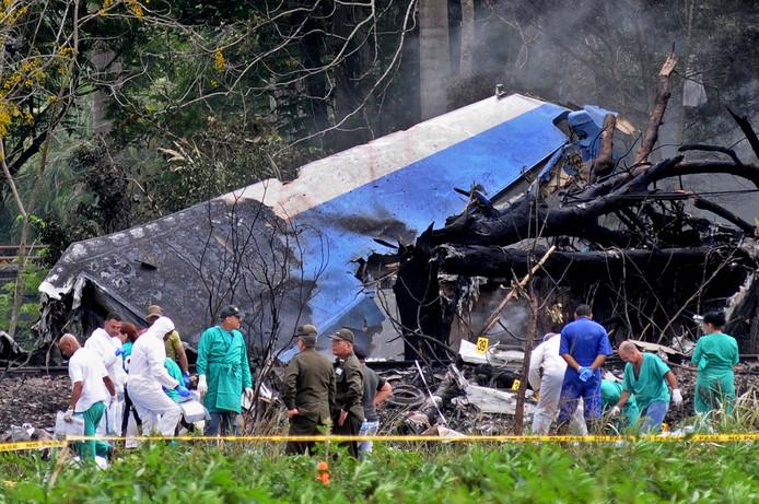 Politie en militiaren bij wat over is van de Boein-737 die afgelopen week vlak na het opstijgen in Cuba neerstortte.