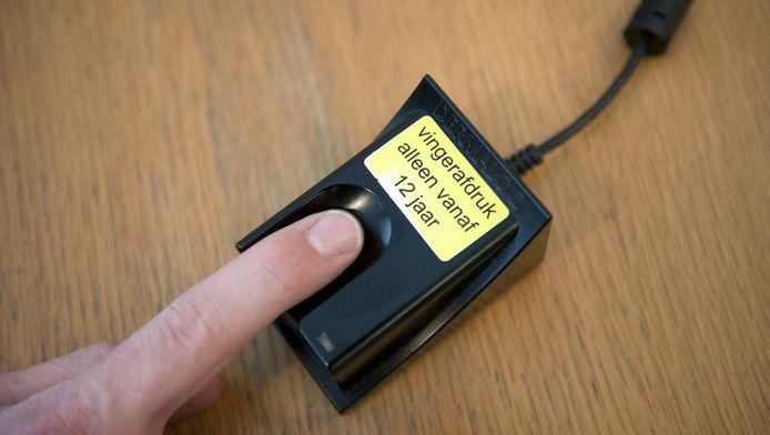 Een man geeft zijn vingerafdruk af voor een biometrisch paspoort.