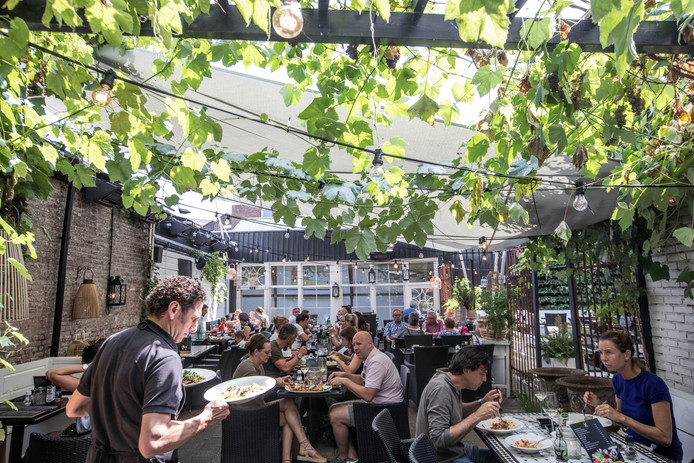 Het terras van restaurant Mangiare in Eindhoven is erg sfeervol.