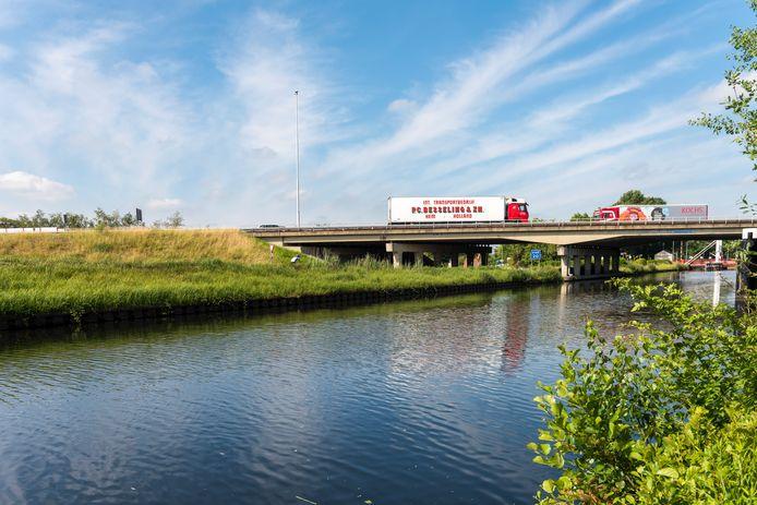 De brug over het Wilhelminakanaal. Graag ziet Oirschot hier in de toekomst een verdiepte snelweg en een aquaduct.