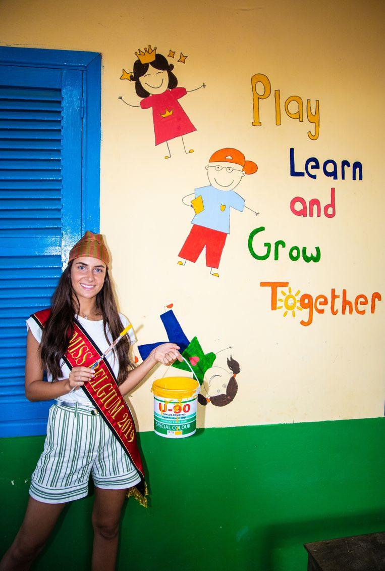 Nadat Laura, een Antwerps meisje dat een jaar voor Hope for the Children in het dorp werkte, een mooie tekening had gemaakt, heeft Elena ze ingekleurd. Het motto - 'Play, learn and grow together' - staat symbool voor wat de school wil betekenen voor de kinderen.