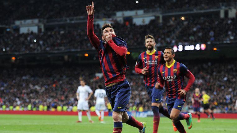 Lionel Messi (links) viert de vierde goal van Barcelona tegen Real Madrid Beeld getty