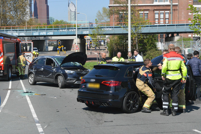 Een bestuurder moet mogelijk naar het ziekenhuis worden gebracht.