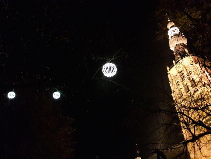 Hilvarenbeek by night: kerktoren en boomballen.