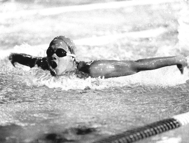 Brigitha in actie op de 100 meter vlinderslag op het NK van 1977 in Amersfoort. Beeld null