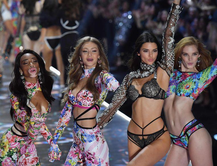 Winnie Harlow, Gigi Hadid, Kendall Jenner en Alexina Graham veroveren voor Victoria's Secret de catwalk in New York.
