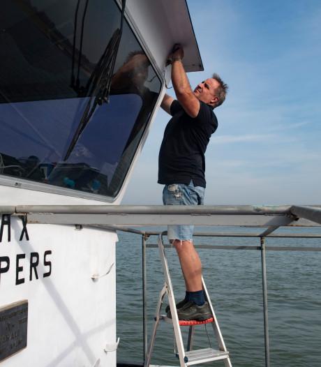 Pont ligt eruit: de veerbaas schildert zijn boot