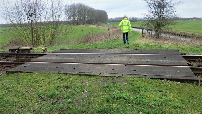 De overweg op landgoed Mariënwaerdt nog voordat er hekken werden geplaatst. De overweg wordt nu verwijderd.