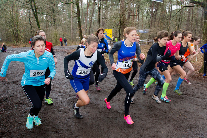 De start van de Wedertcross bij de vrouwen.