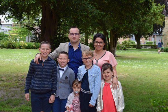 Het nieuw samengestelde gezin van Sylvia Merchie en James Heye, met onderaan kleine Paige.