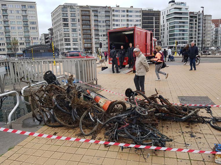 Het resultaat van de opruimactie in het Mercatordok: fietsen, bromfietsen, verkeersborden, dranghekkens en... kogels.