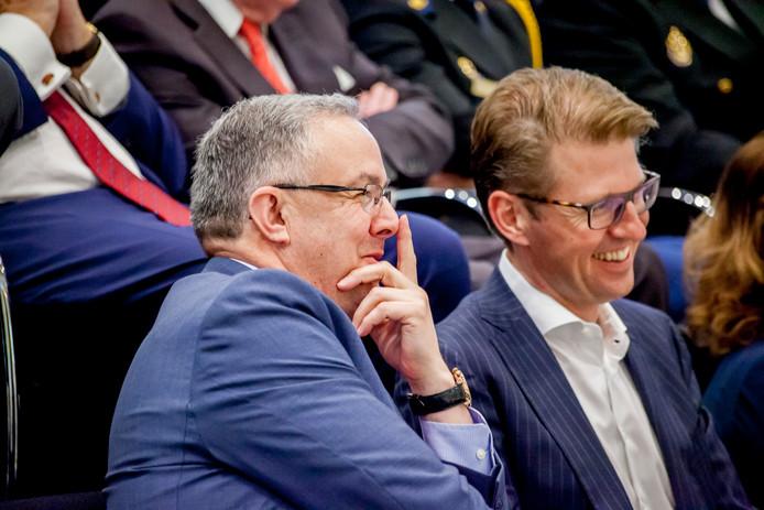 Ahmed Aboutaleb en Sander Dekker op de tribune bij de installatie van Pauline Krikke als burgemeester van Den Haag.