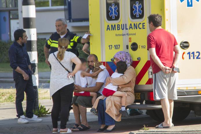 Op de Nieuwe Damlaan in Schiedam is maandagmorgen een moeder met haar drie kinderen aangereden door een automobilist.