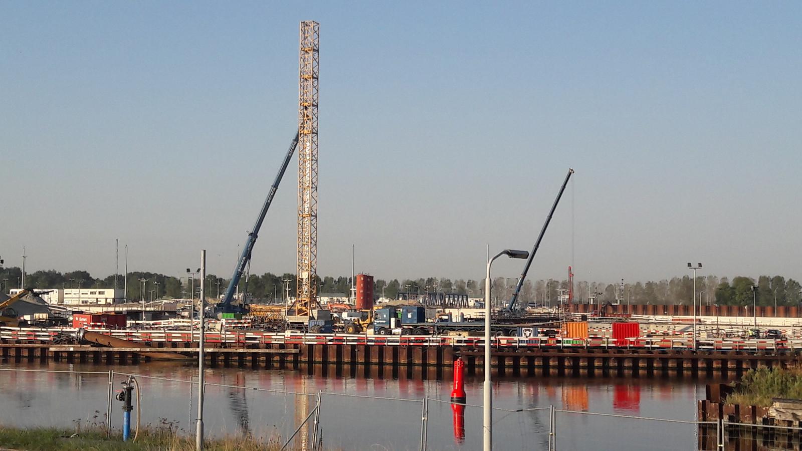Torenkraan in aanbouw bij het sluishoofd van de Nieuwe Sluis in wording bij Terneuzen, aan de kant van de Westerschelde.