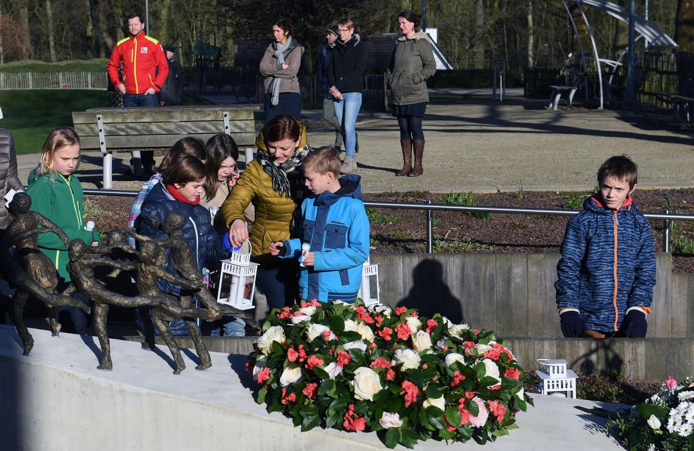 Aan het herdenkingsmonument worden kaarsjes gezet.