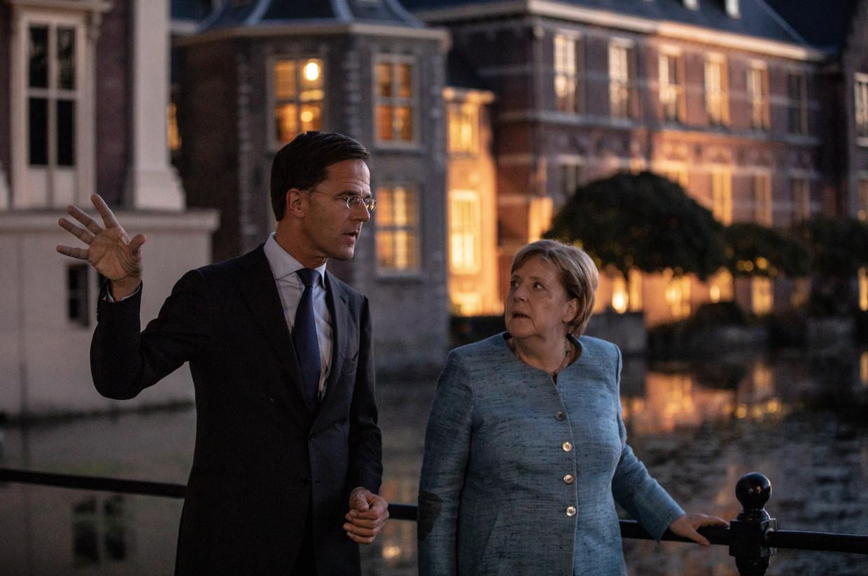 Rutte en Merkel lopen langs het Torentje op weg naar een restaurant tijdens een eerdere ontmoeting.