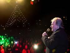 Lee Towers brengt onder De Grootste Kerstboom een ode aan IJsselstein: 'Kijk eens wat een lichtjes mensen'