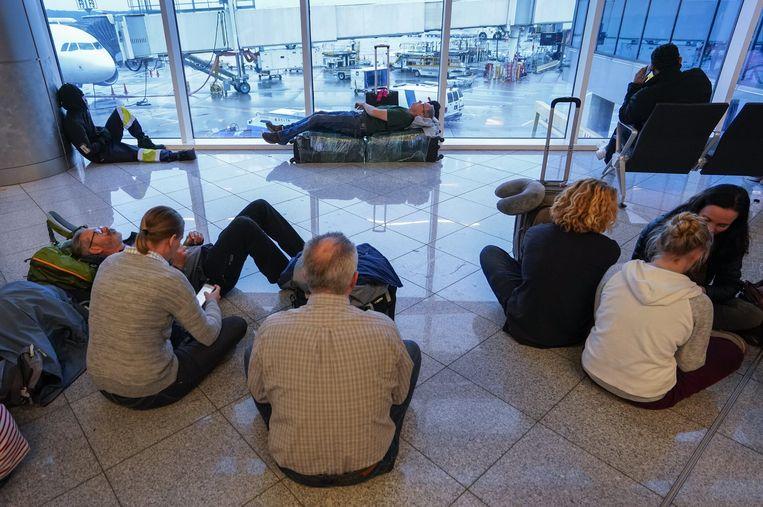Mensen wachten in het donker op de luchthaven van Atlanta.