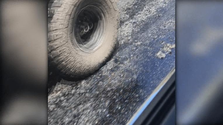 De weg smelt weg onder de banden van deze wagen