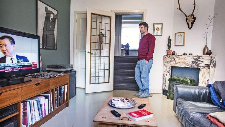 René in zijn woning in Amsterdam die hij verhuurde via Airbnb, tot de dienst zijn advertentie verwijderde. Beeld Guus Dubbelman / de Volkskrant