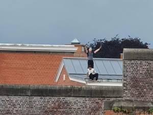 Deux détenus grimpent sur le toit de leur prison en Flandre