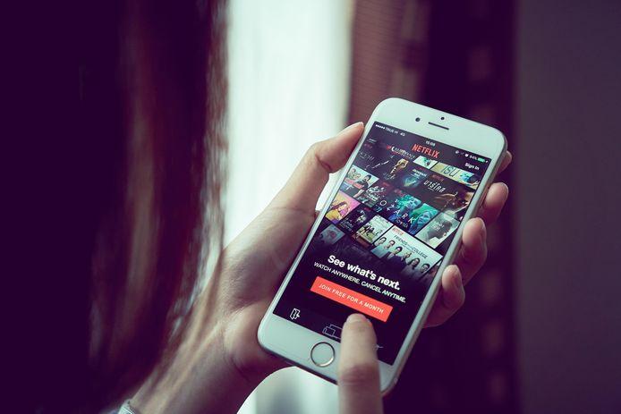 smartphone / mobiele telefoon handen netflix