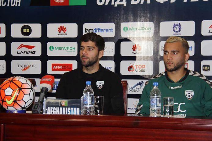 Anoush Dastgir (links) tijdens de persconferentie in 2016, toen hij al eenmalig als bondscoach van Afghanistan fungeerde.