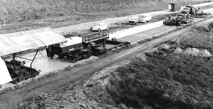 Aanleg in 1965 van de Maasroute in Vlijmen. Het leggen van een betonnen wegdek met de zogenoemde 'betontrein'.
